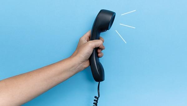 Hand, die ein Telefon hält