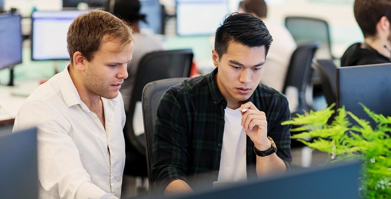 Technische experts achter hun bureaus