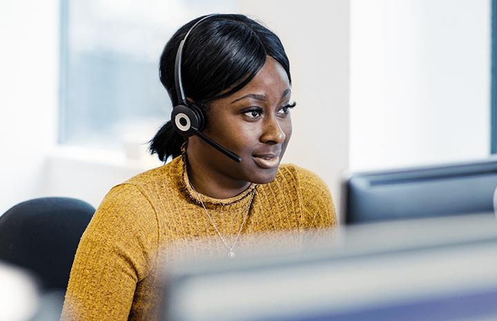 TOPdesk supportmedarbeider med hodetelefon